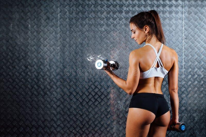 Atrakcyjnej sprawności fizycznej kobiety salowy portret obraz stock