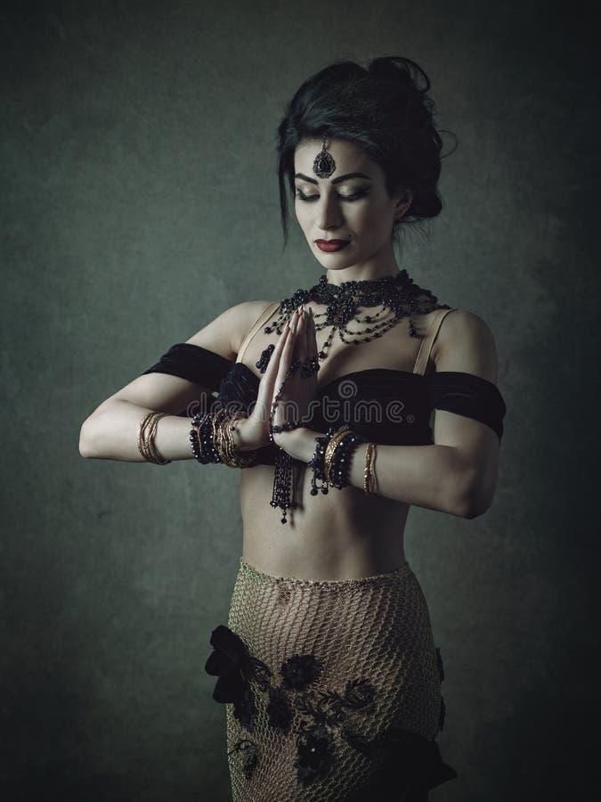 atrakcyjni brzucha tana tancerza tanowie ubierają dziewczyny wschodniej pomarańcze Ethno projektował żeńskiego portret zdjęcie royalty free
