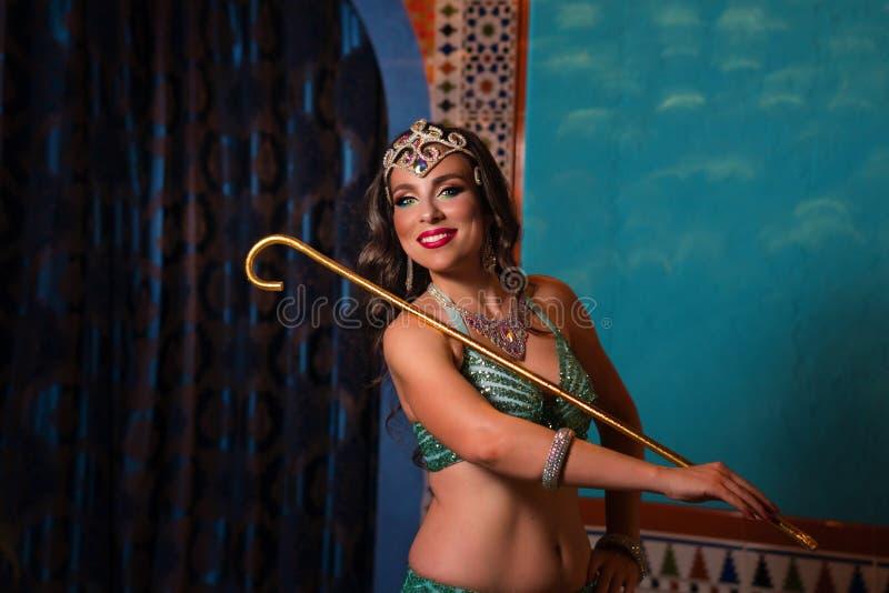 atrakcyjni brzucha tana tancerza tanowie ubieraj? dziewczyny wschodniej pomara?cze obrazy royalty free