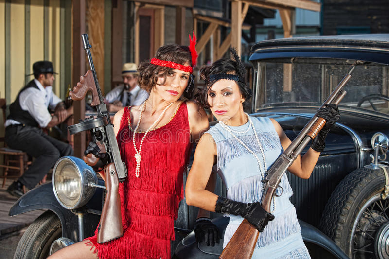 Atrakcyjni Żeńscy gangstery z pistoletami zdjęcia royalty free