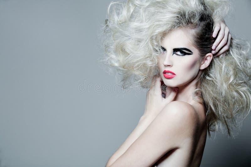 atrakcyjni kędzierzawego włosy dłudzy kobiety potomstwa obraz royalty free