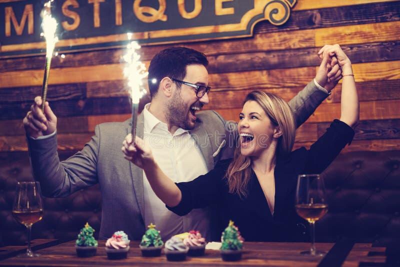 Atrakcyjni koledzy cieszy się korporacyjnego przyjęcia gwiazdkowego - Wizerunek zdjęcia stock