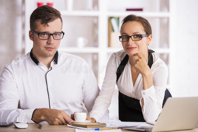 Atrakcyjni ludzie przy miejscem pracy obrazy stock