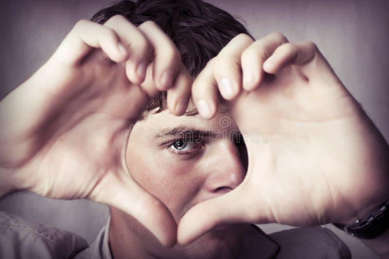 atrakcyjni miłości mężczyzna przedstawienie znaka potomstwa fotografia stock