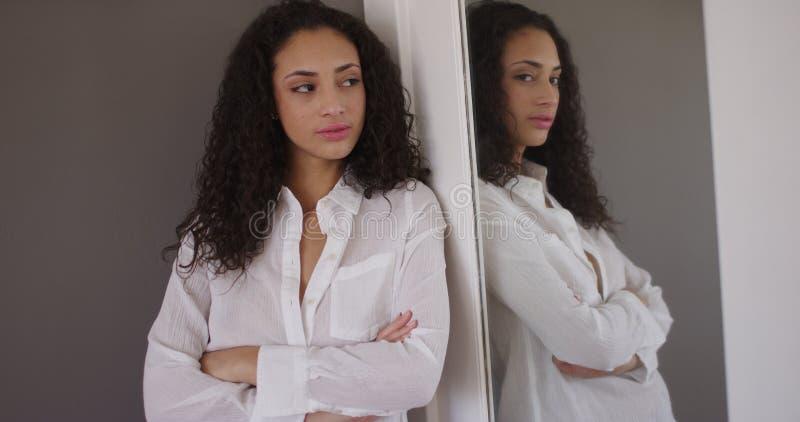 Atrakcyjni potomstwa mieszali etnicznego patrzeje lustro zdjęcie stock