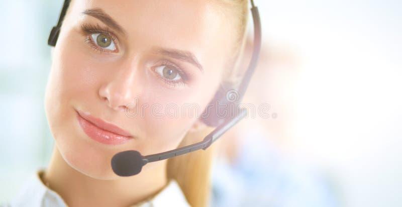 Atrakcyjni pozytywni młodzi biznesmeni i koledzy w centrum telefonicznego biurze obraz stock