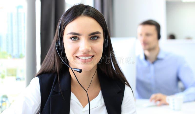 Atrakcyjni pozytywni młodzi biznesmeni i koledzy w centrum telefonicznego biurze obrazy royalty free
