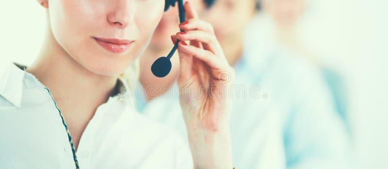 Atrakcyjni pozytywni m?odzi biznesmeni i koledzy w centrum telefonicznego biurze obrazy royalty free