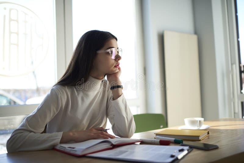 Atrakcyjni wykwalifikowani żeńscy ucznie dziennikarski zdjęcie stock