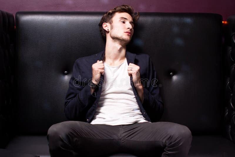 atrakcyjny świetlicowy mężczyzna zdjęcia royalty free