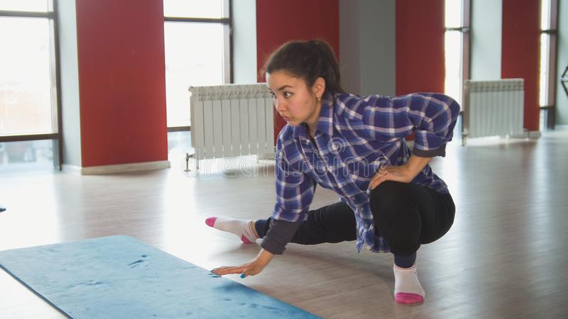 Atrakcyjny żeński brunetki rozciąganie w sprawność fizyczna pokoju zdjęcia royalty free