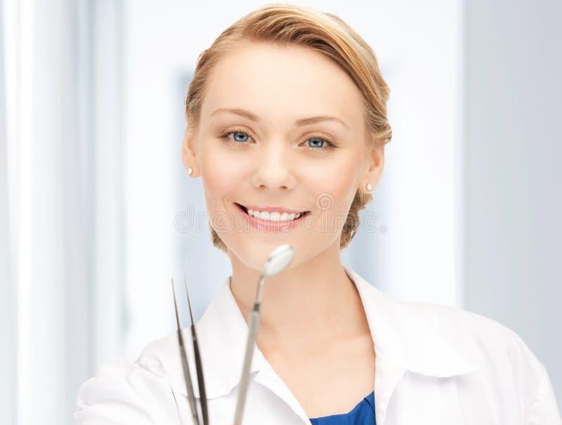 Atrakcyjny żeński dentysta z narzędziami zdjęcie stock