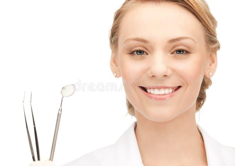 Atrakcyjny żeński dentysta z narzędziami obraz royalty free