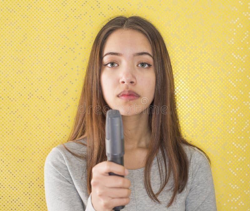 Download Atrakcyjny żeński Reportera Mienia Mikrofon Zdjęcie Stock - Obraz złożonej z mikrofony, przypadkowy: 28950330