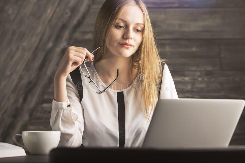 Atrakcyjny żeński używa laptop obrazy royalty free