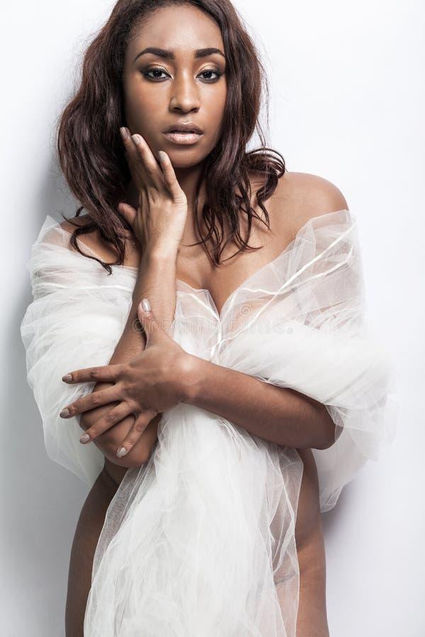 Atrakcyjny afroamerykanina model z długie włosy obrazy stock