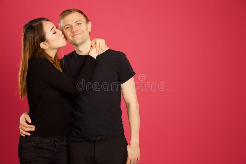 Atrakcyjny azjata i caucasian inter rasowy przytulenie w pracowniany sh zdjęcie stock