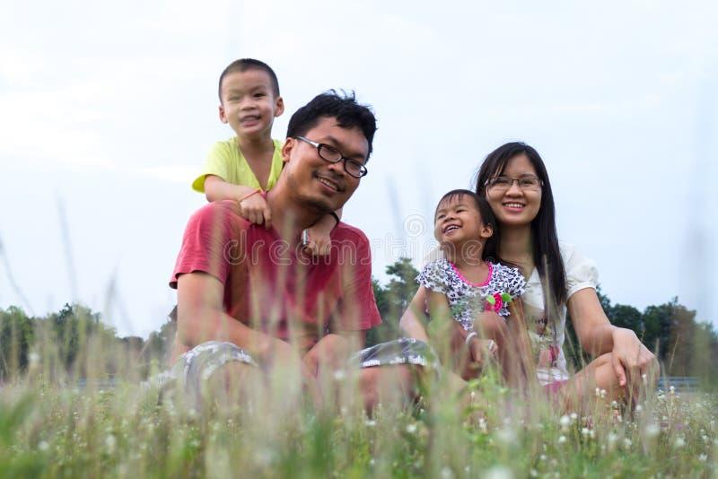Atrakcyjny Azjatycki Rodzinny Plenerowy obraz stock