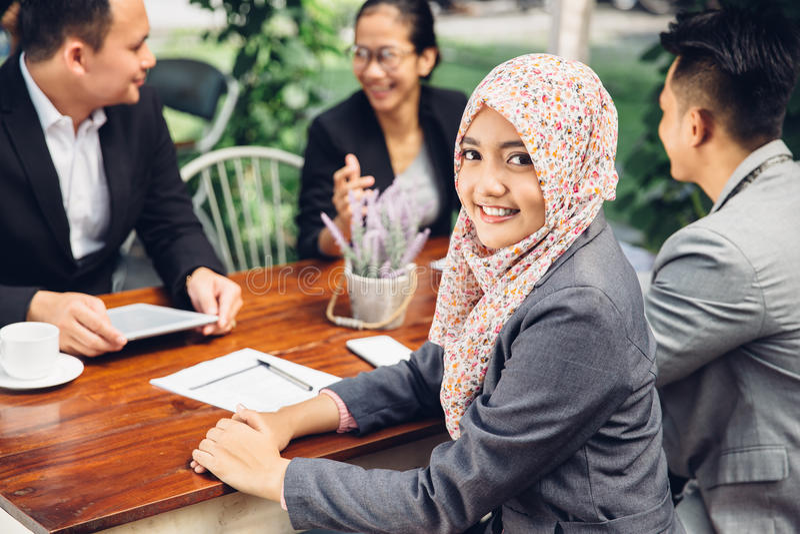 Atrakcyjny azjatykci bizneswoman ono uśmiecha się przy kamerą obrazy royalty free