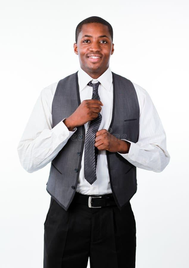 atrakcyjny biznesmen koryguje krawatów potomstwa zdjęcia stock