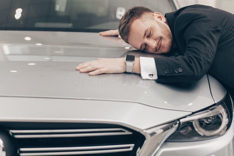 Atrakcyjny biznesmen kupuje nowego samochód przy przedstawicielstwem handlowym zdjęcie stock