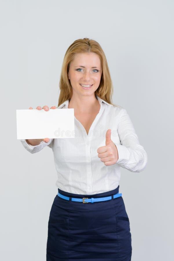Atrakcyjny bizneswoman pokazuje kciuk i pustą wizytówkę up zdjęcie stock