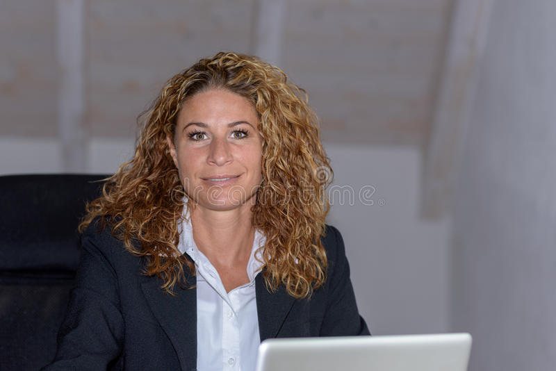 Atrakcyjny bizneswoman pracuje w ministerstwie spraw wewnętrznych obrazy stock