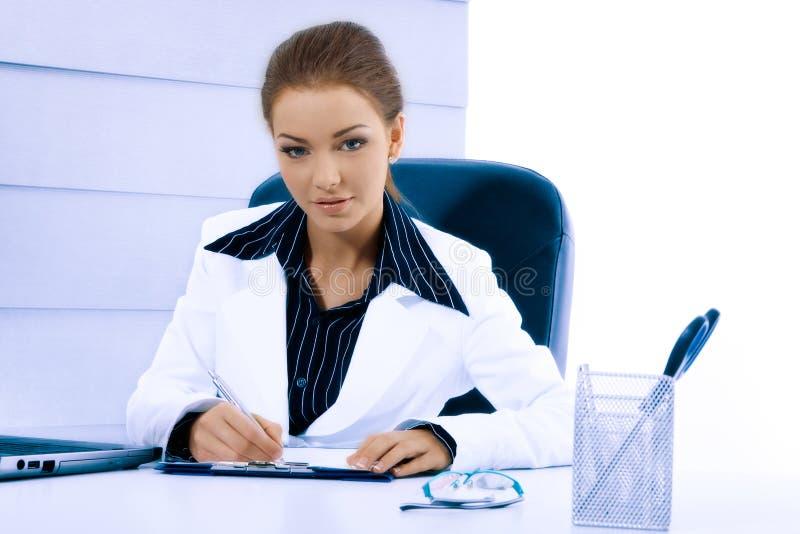 Atrakcyjny bizneswoman pracuje z laptopem przy biurem obraz royalty free