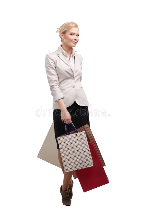 Atrakcyjny bizneswoman w kostiumu mienia lekkich beżowych torba na zakupy obraz stock