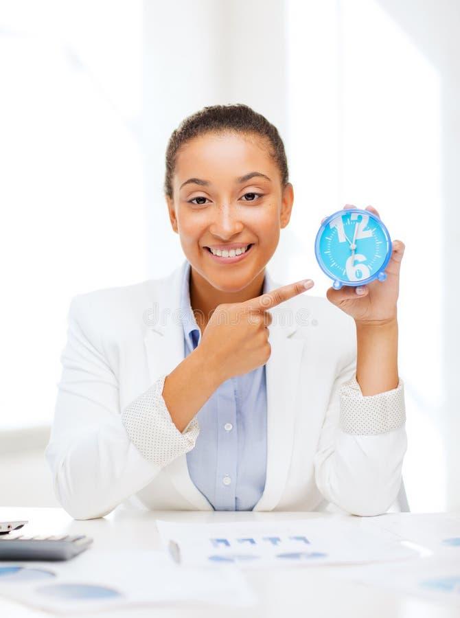 Atrakcyjny bizneswoman wskazuje przy zegarem zdjęcie royalty free