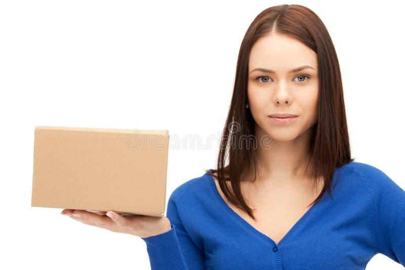 Atrakcyjny bizneswoman z kartonem zdjęcie royalty free