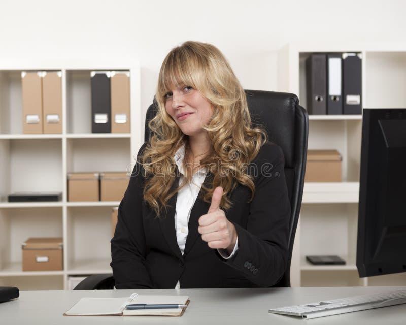 Atrakcyjny bizneswomanu dawać aprobaty fotografia stock