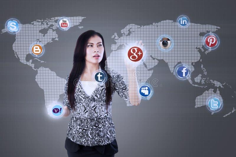 Atrakcyjny bizneswomanu dotyka interneta zastosowanie ilustracji