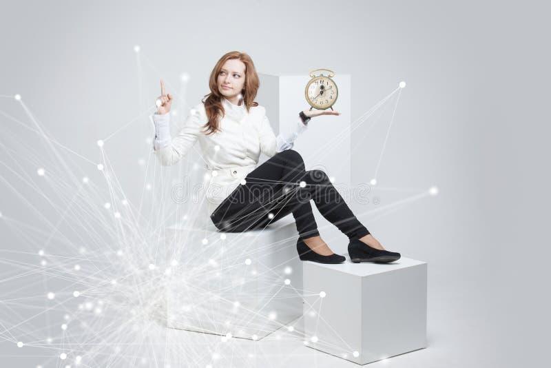 Atrakcyjny bizneswomanu seansu zegar obrazy royalty free