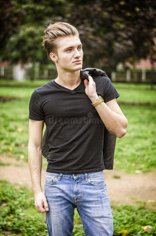Atrakcyjny blond m?ody cz?owiek outdoors w parku obraz royalty free