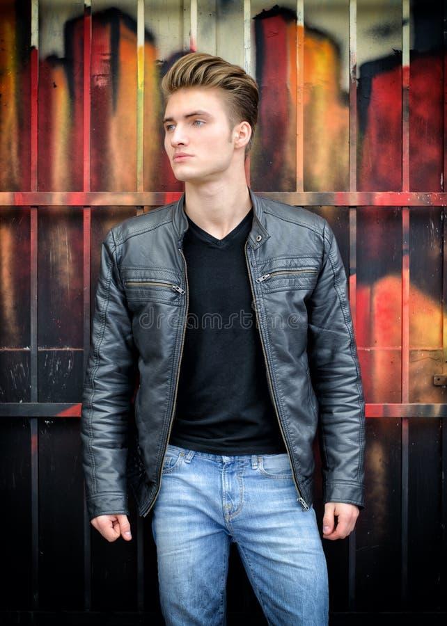 Atrakcyjny blond z włosami młody człowiek stoi outdoors zdjęcie royalty free
