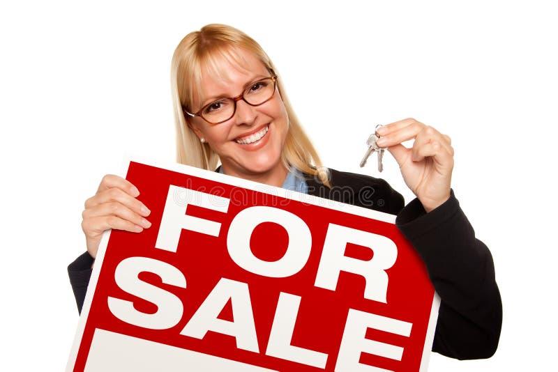 atrakcyjny blondynki mienia kluczy sprzedaży znak obrazy stock