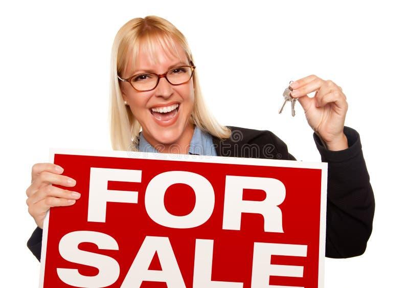 atrakcyjny blondynki mienia kluczy sprzedaży znak zdjęcia royalty free