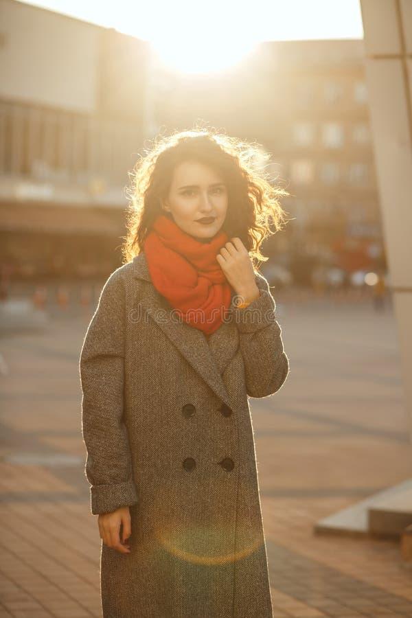 Atrakcyjny brunetka model z luksusowym włosy pozuje w miękkim wieczór backlight przy aleją fotografia royalty free