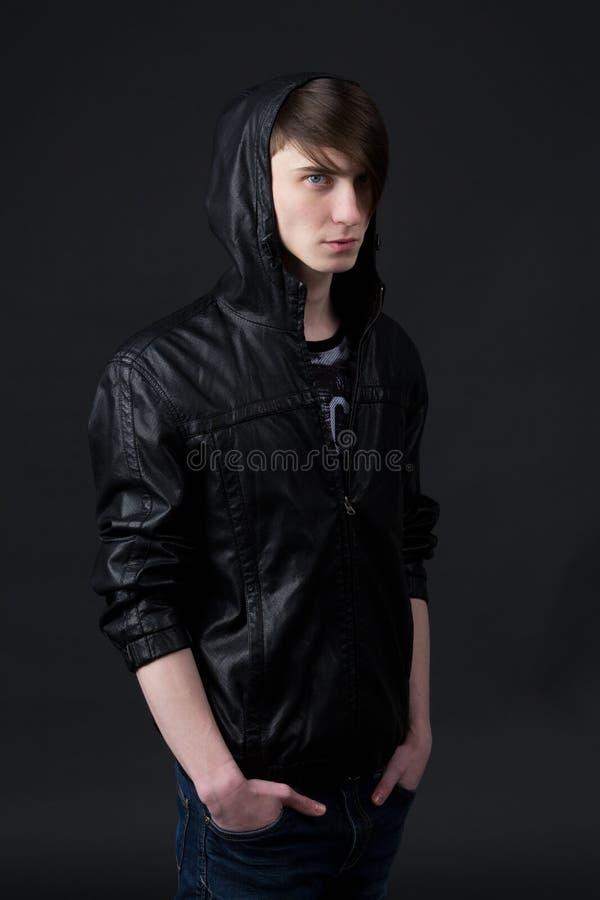 Atrakcyjny caucasian facet jest ubranym skórzaną kurtkę obraz royalty free