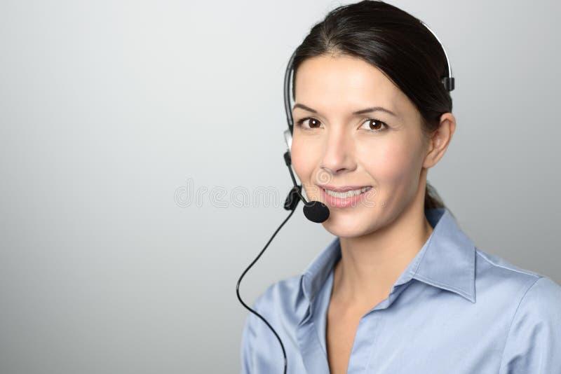 Atrakcyjny centrum telefoniczne operator jest ubranym słuchawki obrazy royalty free