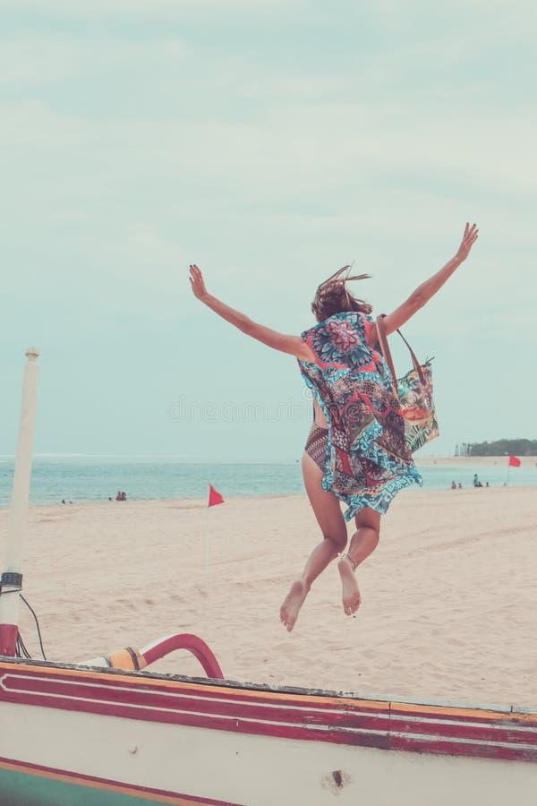 Atrakcyjny dziewczyny doskakiwanie na Plażowym Mieć zabawę, wakacje wakacje styl życia Szczęśliwe kobiety skacze wolność na bielu zdjęcia stock