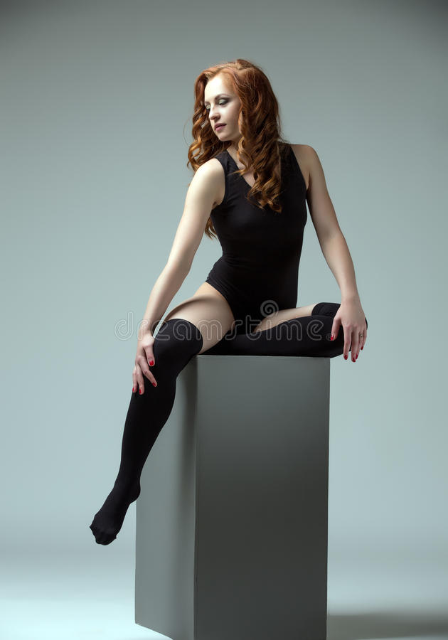 Atrakcyjny dziewczyny obsiadanie na sześcianie koncepcja kulowego fitness pilates złagodzenie fizycznej zdjęcia royalty free
