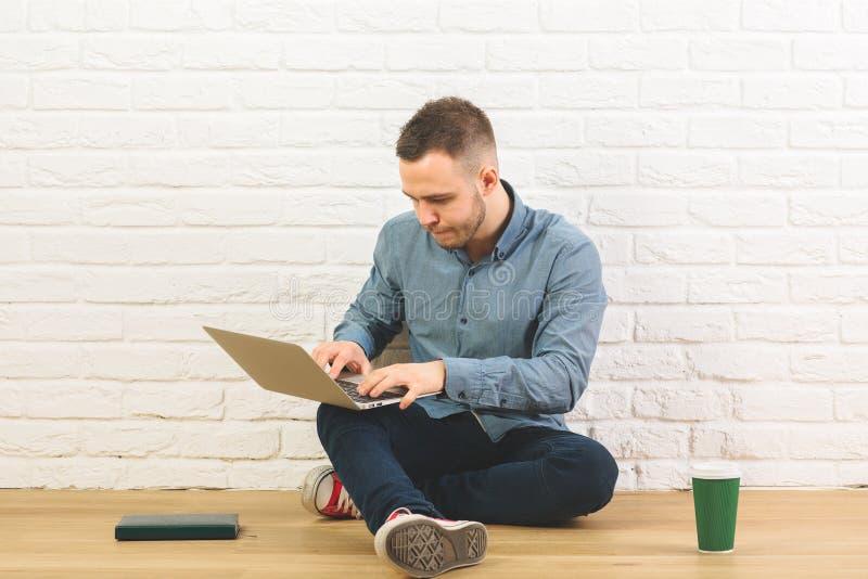 Atrakcyjny facet z laptopem i kawą obraz royalty free