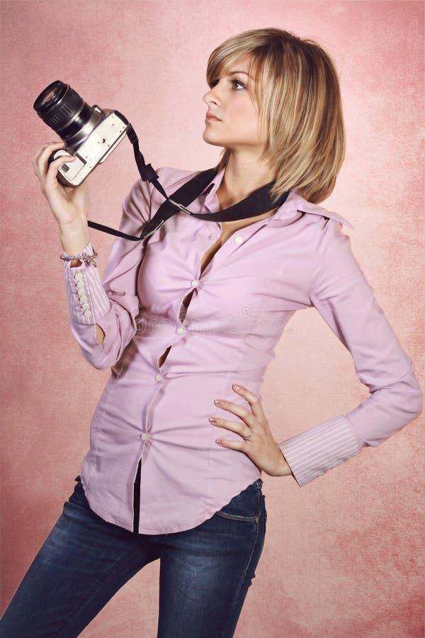 Atrakcyjny fotograf w mody pozie zdjęcia stock
