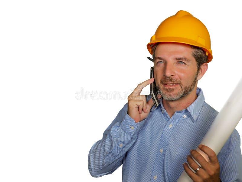 Atrakcyjny i pomyślny przemysłowy inżynier sprawdza budynku projekta projekt szczęśliwego i obraz royalty free