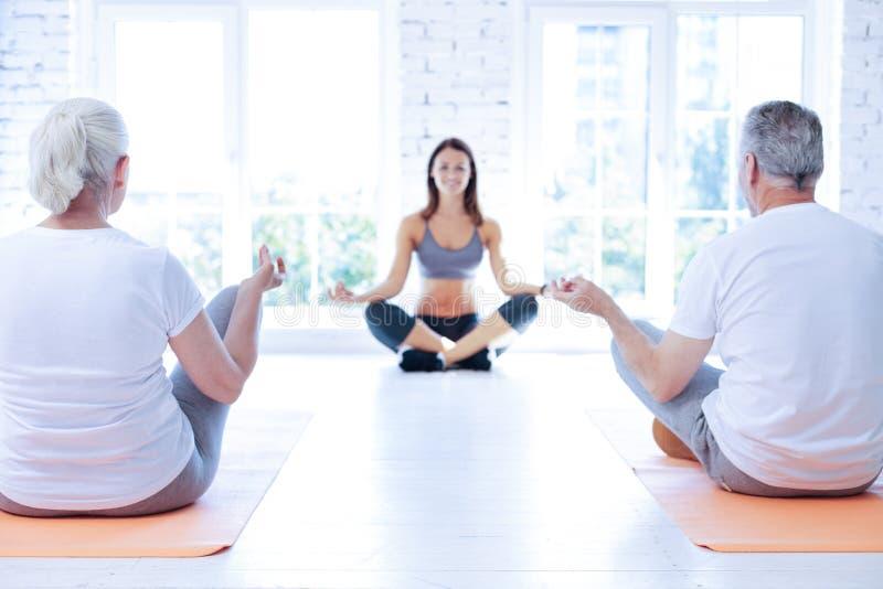 Atrakcyjny joga adiunkt komunikuje z gościami zdjęcia stock