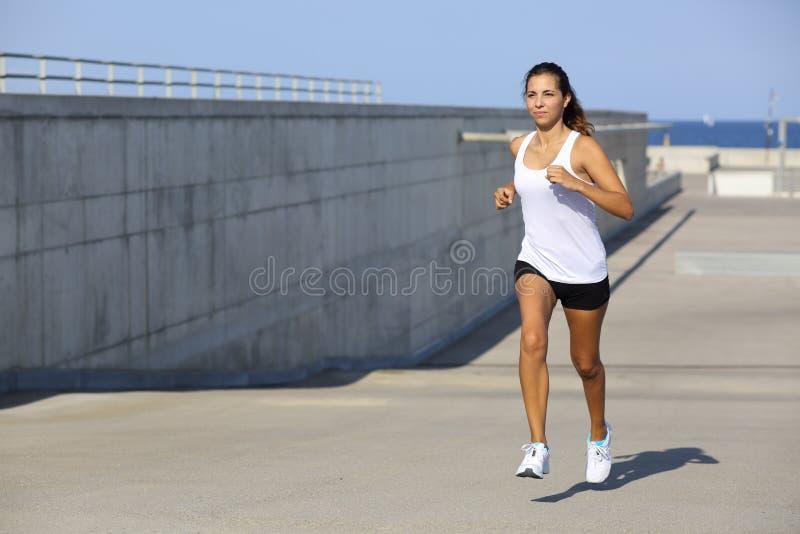 Atrakcyjny kobieta bieg na asfalcie zdjęcie stock