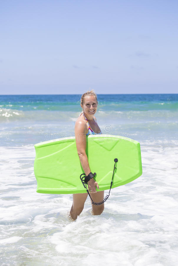 Atrakcyjny kobieta tana boogie abordaż w ocean fala zdjęcie royalty free