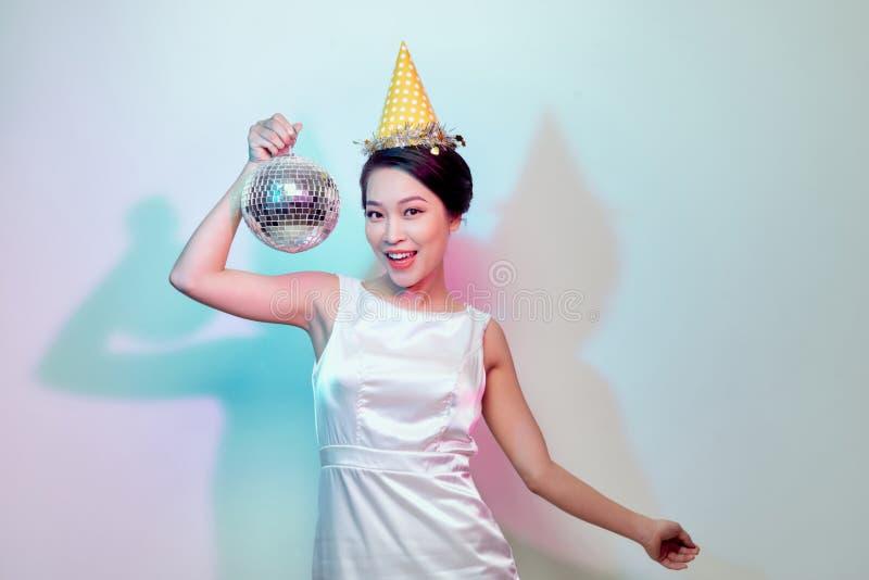 Atrakcyjny kobieta taniec w dyskotece zdjęcia royalty free